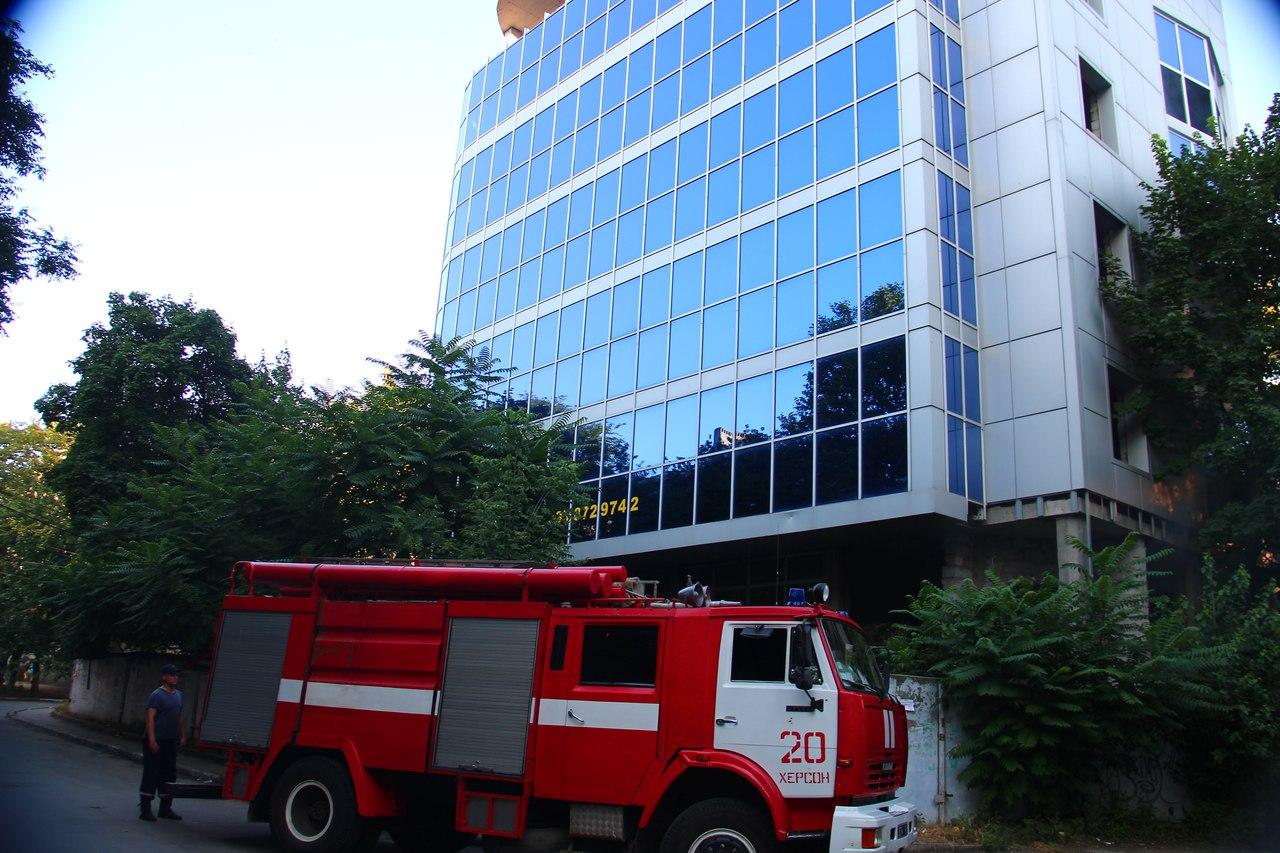 В центре Херсона на заднем дворе Суворовского райисполкома случился пожар (фото, видео)