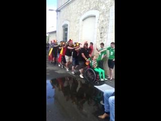 Бельгийские болельщики встретили ирландскую девочку в инвалидном кресле