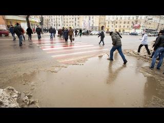 Воронежцы перепрыгивают через лужи,чтобы попасть на переход.