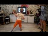 Санька танцует под