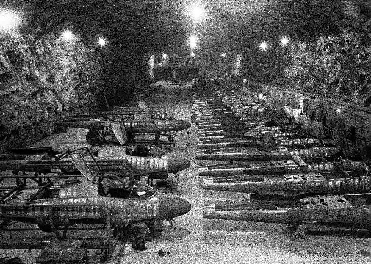 Линия сборки немецких одномоторных реактивных истребителей Heinkel He 162 Volksjäger на подземном заводе