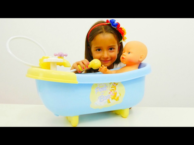 Oyun Diyarı - Ceylin bebeğini banyo yapıyor. Kukla oyunu. Çevrimiçi video izle