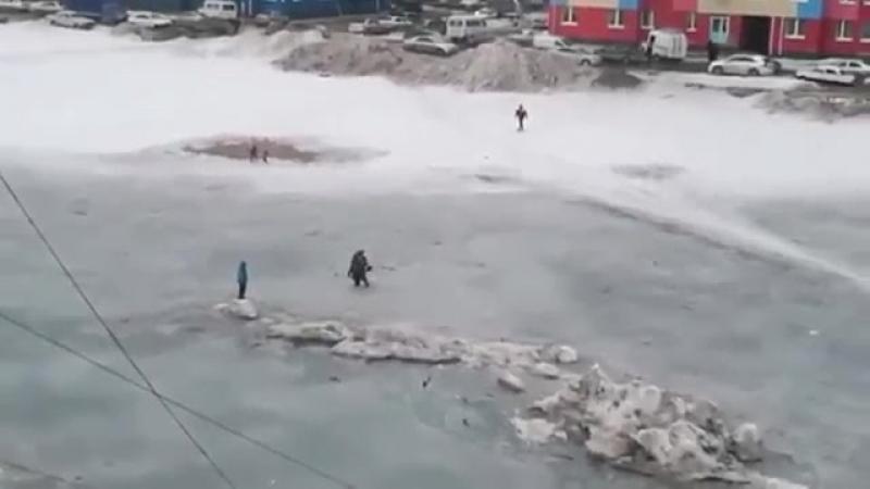 На Ямале дети застряли на льдине в луже посреди двора. Пришлось вызывать спасате