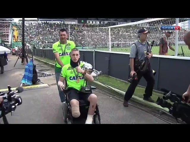 Jackson Follmann, Alan Ruschel e Neto voltam Arena Condá e recebem medalha e homenagem
