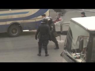 Несут человека без головы на майдане. 18022014 Киев