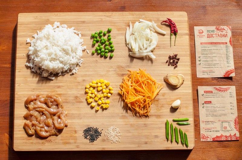Рис с курочкой и яйцом (по Вашему желанию, яйцо можем не добавлять), состав: рис, курочка (филе, маринованное в специях), овощи: лук, морковь, зелёный горошек и сладкая кукуруза. С добавлением специй и соевого соуса.