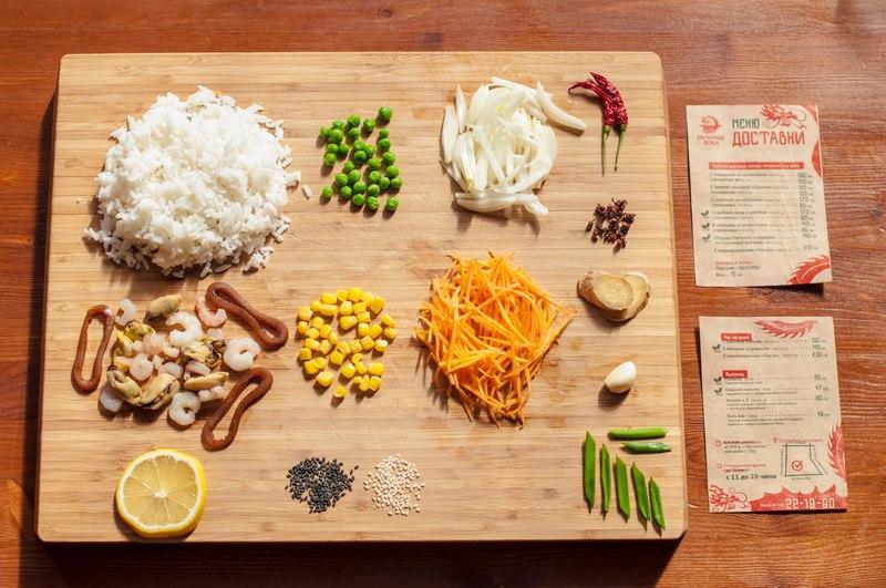 """Состав: морепродукты (мидии, креветки, кальмары), овощи: лук, морковь, зелёный горошек, сладкая кукуруза. Также, соевый соус со специями и пастой """"Том ям""""."""