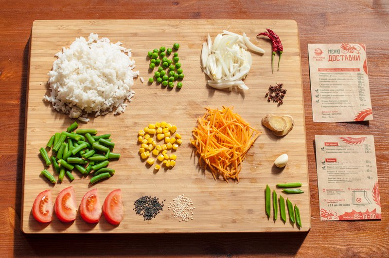 В состав входят овощи (лук, морковь, помидор, стручковая фасоль). Посыпается арахисом. Приправлен кисло-сладким соусом. Подходит вегетарианцам.
