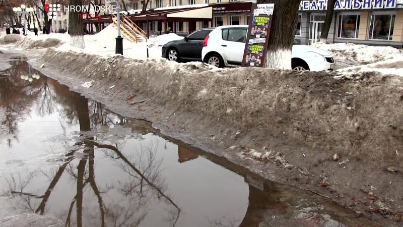 Купи снігу на узбіччях тротуарів що невдовзі чекає на місто