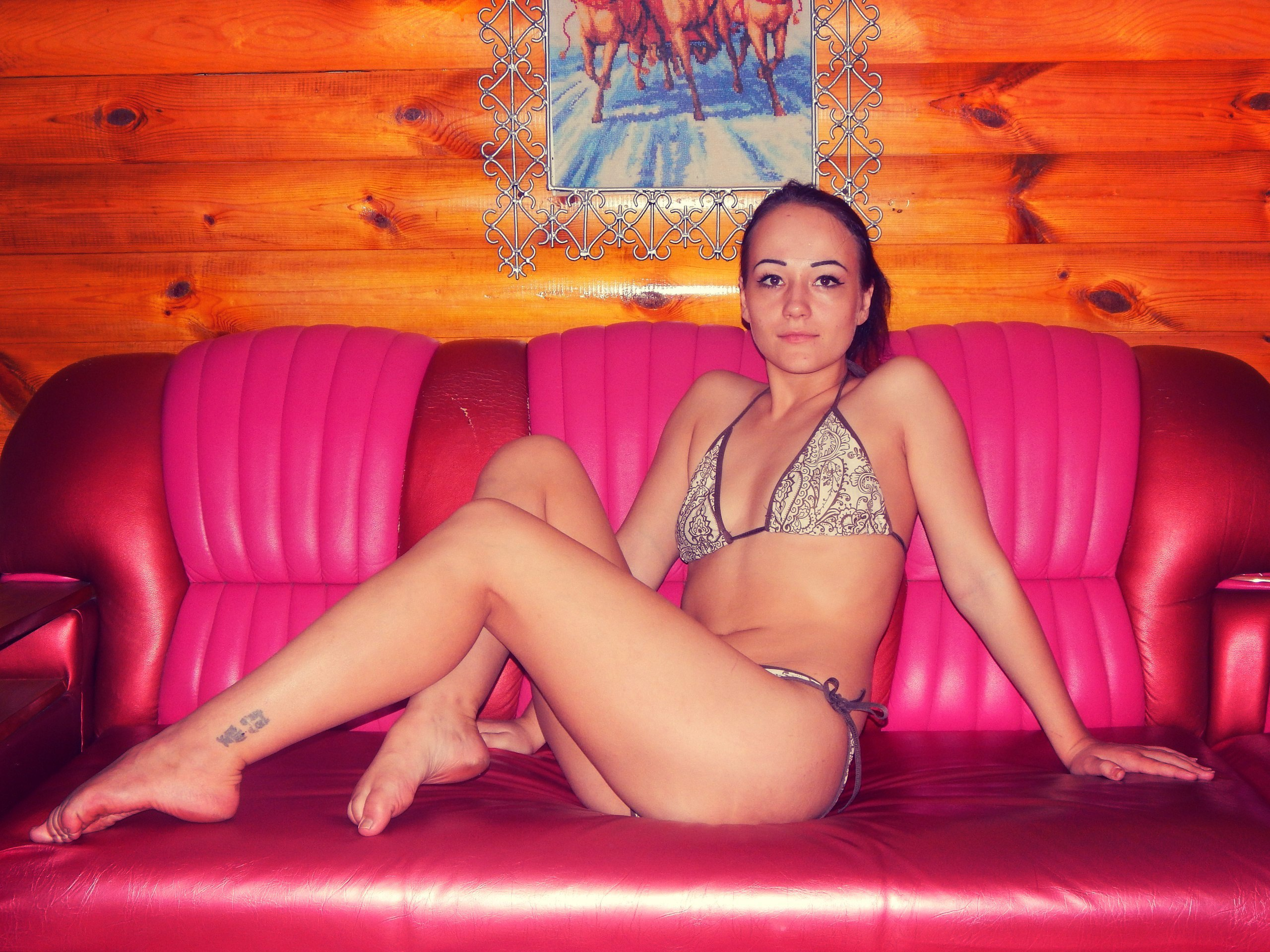 Девчонка в сером купальнике