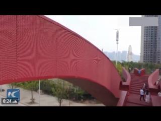 Причудливый пешеходный мост открылся в Китае