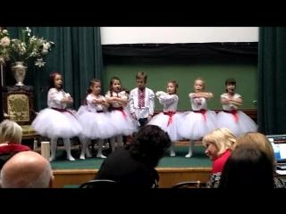 Детки танцую под музыку