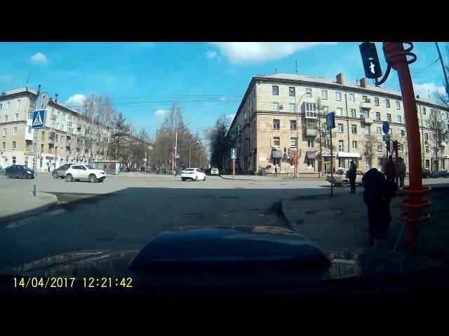 В Кемерово столб со светофором упал на проезжую часть от прикосновения палки.