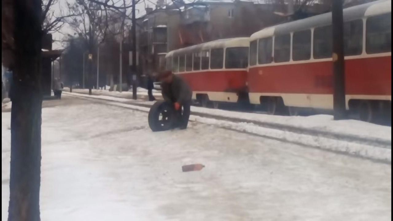 ЧП: У автобуса отпало колесо прямо во время движения (ВИДЕО)