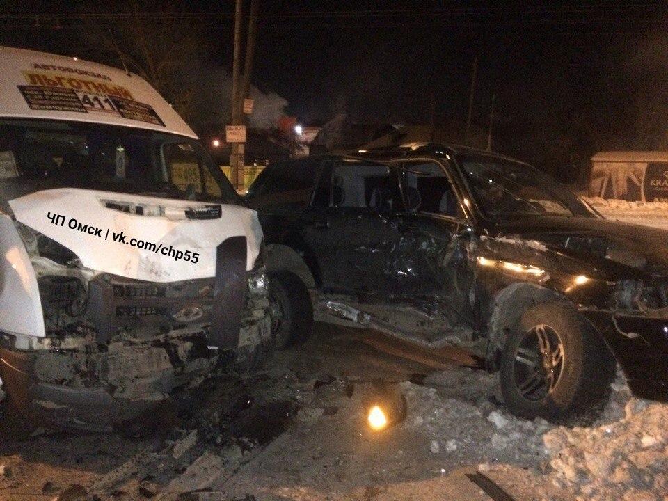 ВОмске вседорожный автомобиль имаршрутка попали вжесткое ДТП