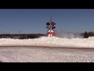 Поезд на полном ходу пробивается сквозь снежные заносы…
