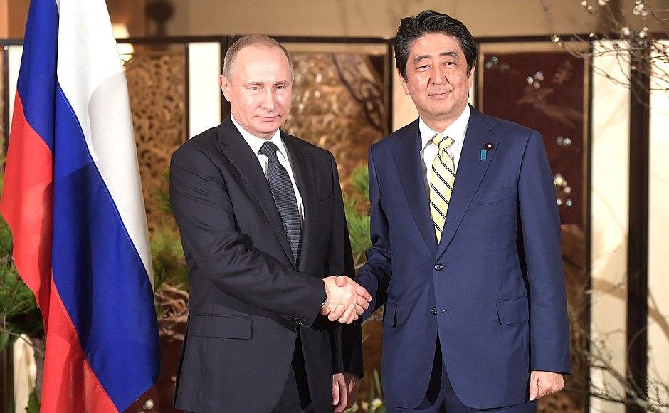 Президент Владимир Путин подарил премьер-министру Синдзо Абэ угольный самовар из меди и дерева, изготовленный в 1870 году в Туле