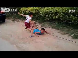 Терракотовая китайская девочка. Жестоко пиздит мальчика. Жесть. BDSM.
