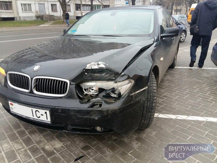 В Бресте BMW протаранил автомобили на стоянке Следственного комитета