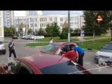 Видео с места нападения вооруженных преступников на мужчину в Москве