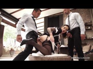 Горячая служанка сняла трусики и запрыгнала на член хозяина и друга