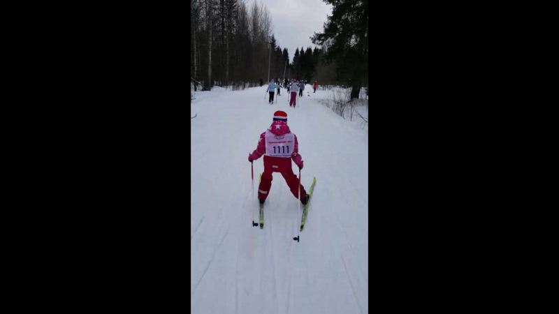 Невнимательность родителей стоила ребенку лишних 3 км на Лыжне России. Вместо 500 м пришлось бежать 3,5 км. Эва молодец, доехала