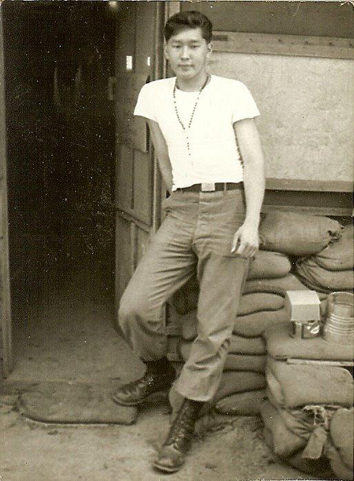 Мегмер «Майк» Мошкин. Стрелок-пулеметчик вертолета. Снимок сделан во Вьетнаме. 1965 год