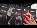 Грант шлепнул Стивена по заднице на EW PopFest: 30 октября, 2016-го, Лос-Анджелес