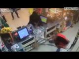 Продавец выхватил дробовик у грабителя / 7-Eleven clerk disarms shotgun-wielding man