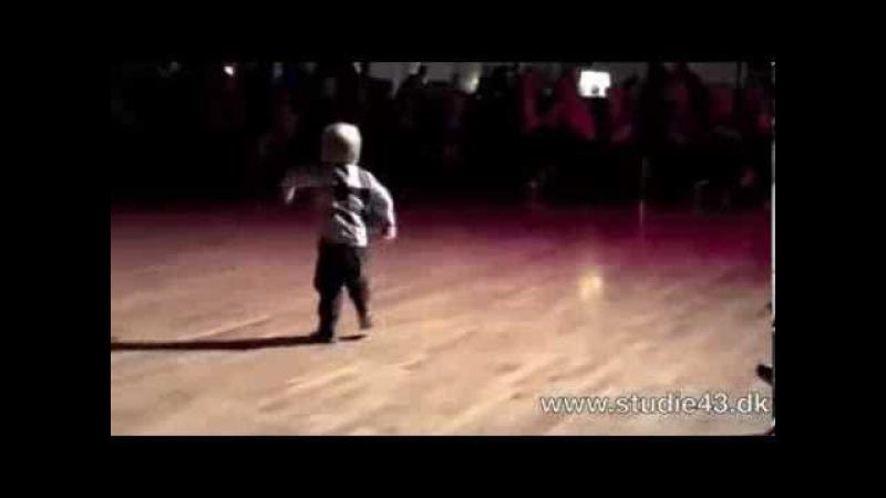 2 х летний малыш танцует рок н рол