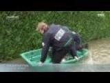 Trois policiers dans une barque tombe