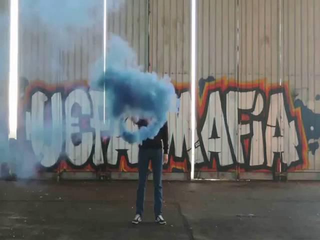 Цветной дым голубой