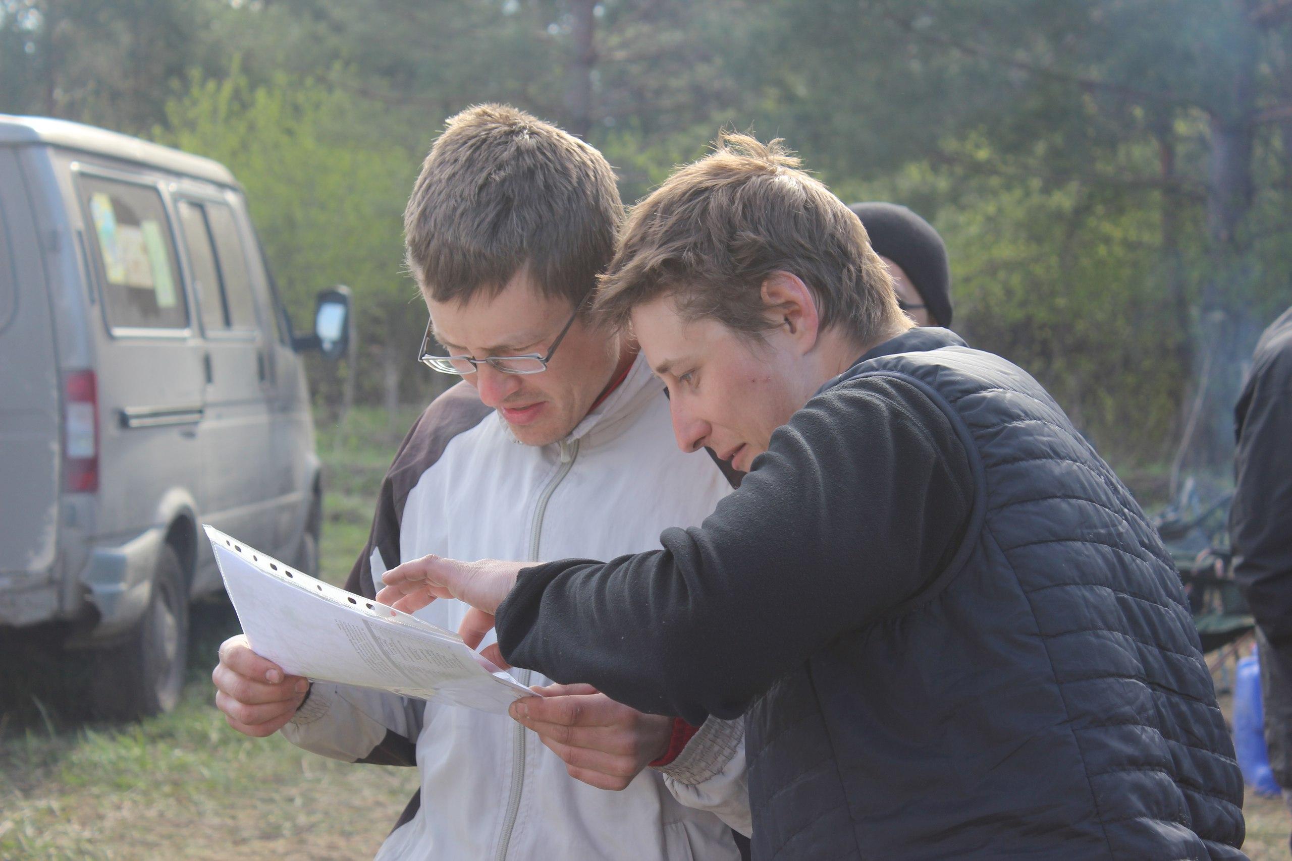 Участники изучают карту второго дня перед стартом