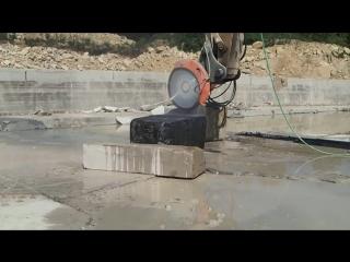 Видеоподборка из самых разных огромных пил которые могут резать камни и скалы