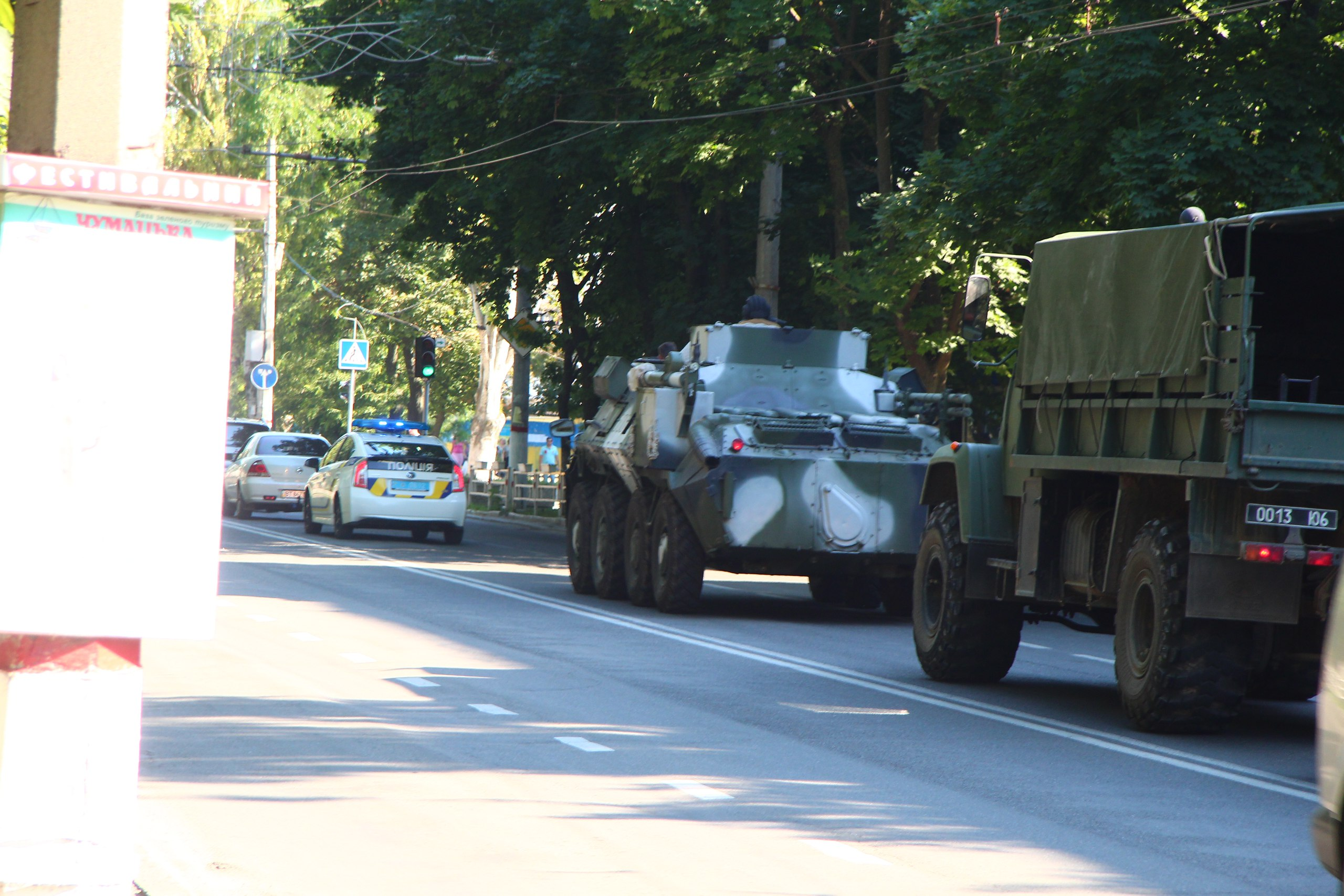 В центре Херсона ездят БТР и военная техника (фото)