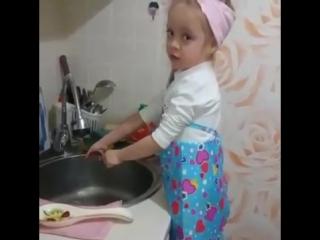 Девочка моет посуду и поет (Осторожно маты)