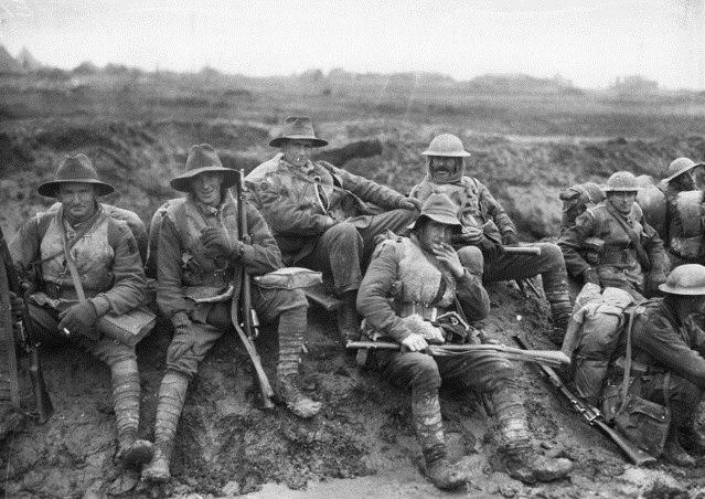 Австралийские и британские солдаты на привале во время боев за лес Маметц. Сомма, декабрь 1916г