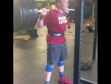 13-летний Атлет приседает 156 кг без экипировки на 3 повтора с паузами в седе