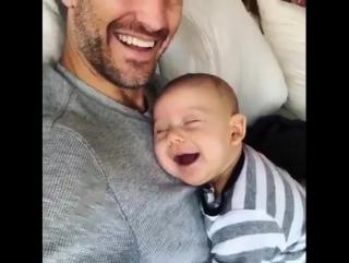 Малыш во сне улыбается