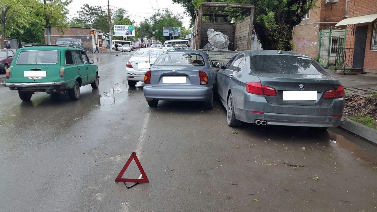 В центре Таганрога произошло тройное ДТП с участием автомобиля такси