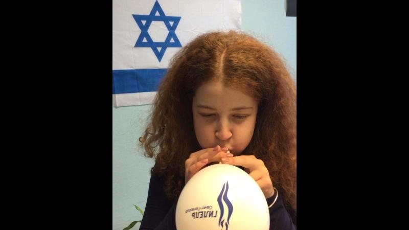 Лера надувает шарик