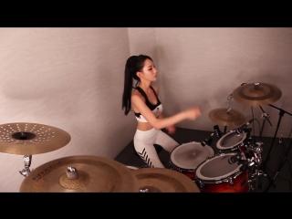 Девчонка исполняет горячий кавер на барабанах