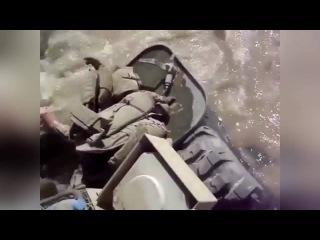 БМП морской пехоты США форсирует реку