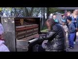 Man plays piano in street, people were shocked Уличный пианист, музыка для души!