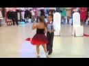 Мальчик и Девочка классно танцуют.