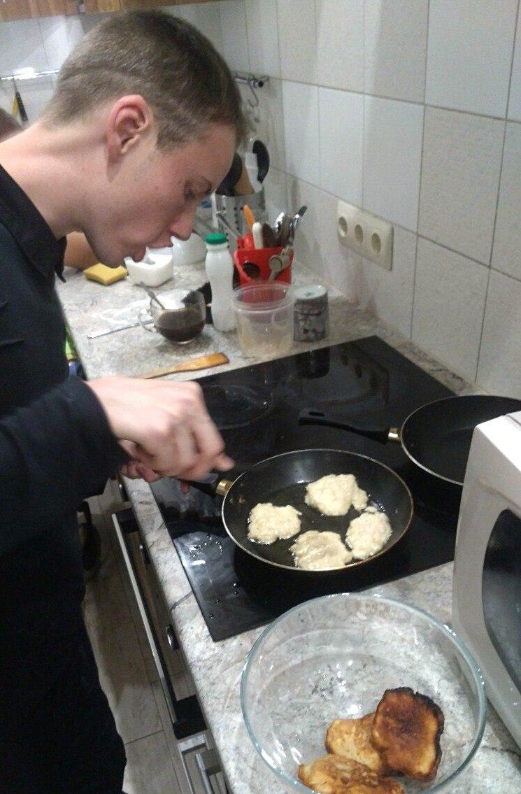 Рустам готовит