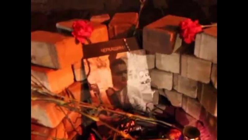 19.02.2016. Алея загиблих Гроїв Небесної Сотні. Родини загиблих Гроїв роздають людям свічки.