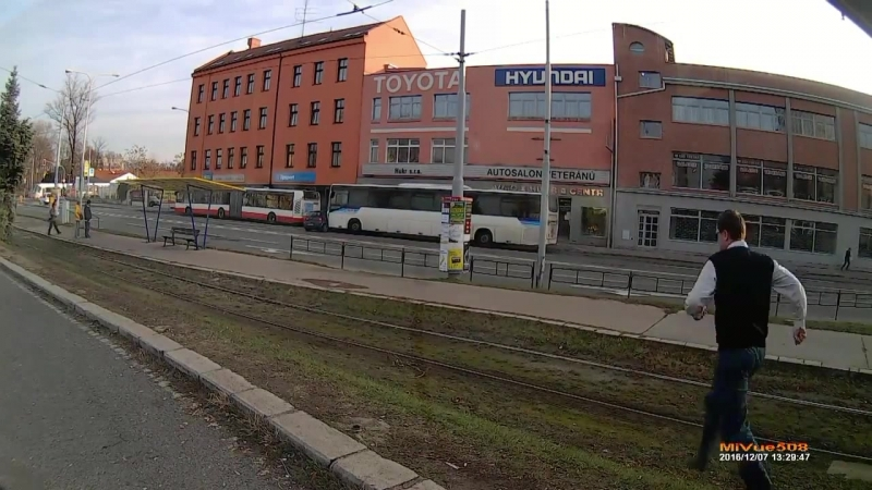 дтп в Брно на улице Zvonařka в свою очередь кто то ехал на красный это не видно но это сразу за перекрестком