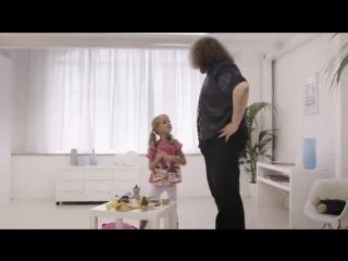 Что делает маленькая девочка с брутальными мужчинами