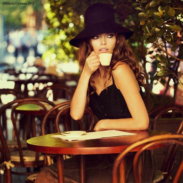 Сидит в кафе русская дама и полдничает. У нее на столе лежит бутерброд с вареньем и мюсли. К ней подходит американка и, жуя жвачку, спрашивает: — А вот вы, русские, хлеб целиком едите Русская отвечает: — Конечно! А что Американка, надувая из жвачки пузырь